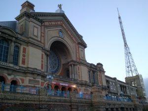 Die Außenansicht des Alexandra Palace. Der Haupteingang führt in den Innenraum des Palastes, wo während der Begegnungen eine tolle Atmosphäre herrscht.