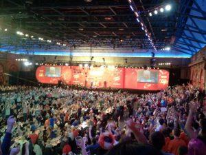 Hier, in der Main-Arena, findet die große Dart-Party statt. Die Dartscheibe ist nur zu erahnen, die 2500 Zuschauer feiern trotzdem.