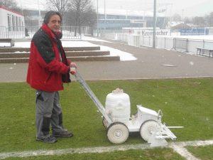Bei Wind und Wetter: VfB Platzwart Nicola Tenace zieht auch im Winter die Spielfeldbegrenzungen nach.