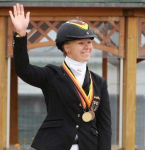 Lisette Ahrens freut sich bei der Siegerehrung der WUEC 2012 in Aachen über ihren Medaillenerfolg.