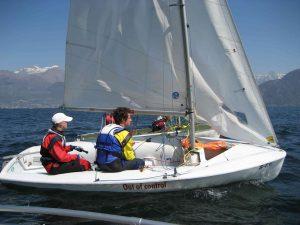 Christian Blumhardt segelt bei schönem Wetter auf dem Comer See.