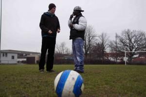 Das Sprachenproblem: Mit Händen und Füßen versuchen Michael und Cissé sich zu verständigen. Doch Fußball wird auf der ganzen Welt gleich gespielt.