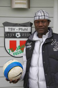 Völkerverständigung durch den Fußball: Senegalese Cissé Ousmane hat Asyl in Deutschland beantragt und spiel veim TSV Pfuhl Fußball.
