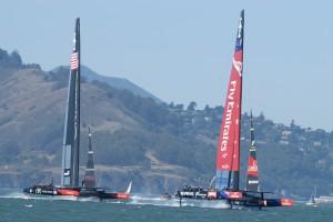 Mit bis zu 40 Knoten rasen die Boote Richtung Ziellinie (© Kevin Waldeck)