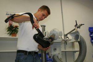 Als Orthopädiemeister kann Markus Rehm die Detailarbeit an seinen Prothesen selbst vornehmen. (Markus Rehm)