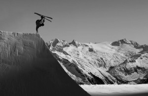 Park – Skiing: Ein technisch anspruchsvoller Trick an einem aufwändig präparierten Schneehindernis. Bildrechte: Roman Lachner