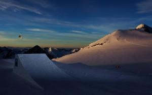 Pius Schneider. Atemberaubender Flug in den Nachthimmel des Stubaier Gletscherareals. Bildrechte: Roman Lachner