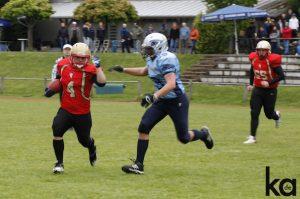 Hartnäckige Verfolgung: Nur noch wenige Meter fehlen der Nummer 4 (links) von den Neu-Ulm Spartans zum Touchdown. Der Verteidiger versucht dies zu verhindern.
