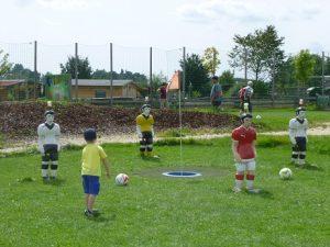 Ein junger Fußballgolfer beim Versuch, den Ball einzulochen. Wenn da nur diese lebensgroßen Tipp-Kick-Figuren nicht im Weg gestanden hätten...