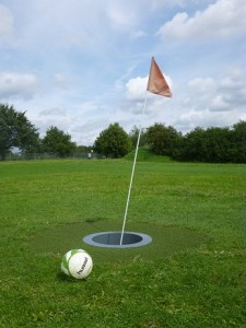 """""""Das Runde muss ins Runde"""": Beim Fußballgolf muss eingelocht werden – wie beim """"richtigen"""" Golf."""