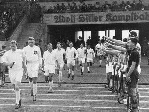 1936: In der Adolf-Hitler-Kampfbahn, so wie das Stadion früher hieß, wurden die Spieler mit einem Hitlergruß empfangen.