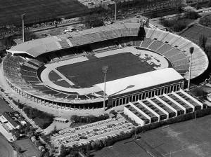 1973: Für die Fußballweltmeisterschaft 1974 wurde eine neue Haupt-und Gegentribüne gebaut.