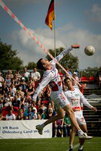 Faustball ähnelt in der Spielweise dem Volleyball. Großer Unterschied: In der Mitte trennt kein Netz, sondern ein Band die Spielhälften. (Bild: www.faustballbilder.de)