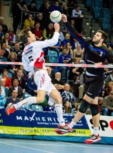 Zweikampf ohne Körperkontakt. Beim Faustball muss man sich durchsetzen können. (Bild: www.faustballbilder.de)